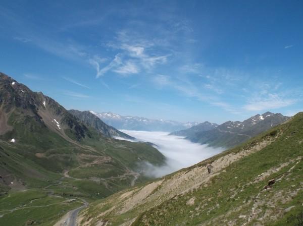 Mer de nuages versant Luz Saint Sauveur vue depuis le sommet
