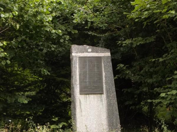Beaucoup de stèles commémoratives dans le secteur