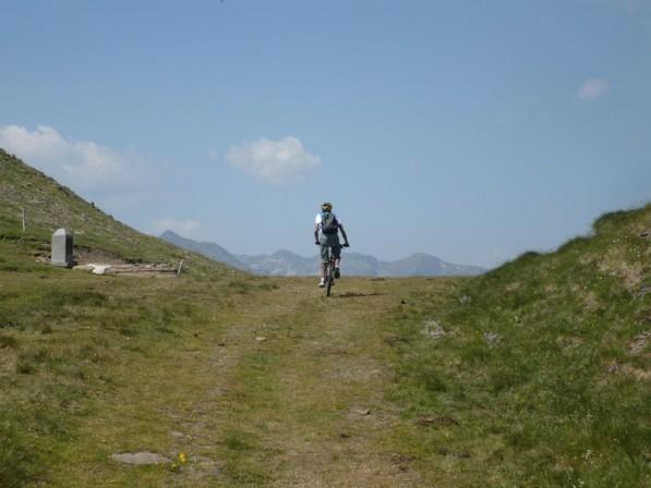 En arrivant au sommet à 2260m, la borne indiquant le sommet et la frontière est à gauche et devant moi...l'Espagne !