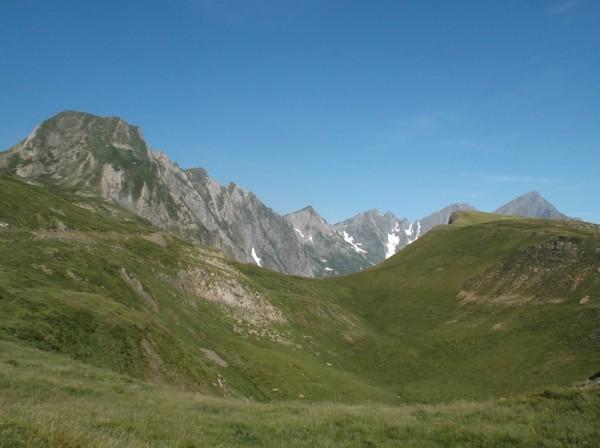 On distingue la route sur la gauche qui nous amènera devant la barre rocheuse du massif du Valier.