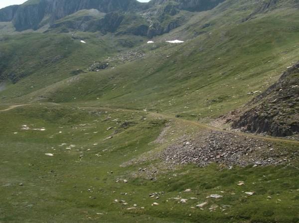 Seb en plein milieu dans l'immensité de la montagne.