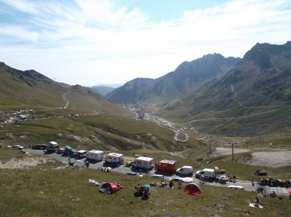 Vue sur le final de 'lascension et La Mongie depuis l'endroit où nous étions à 300m du sommet.