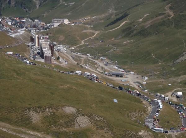 Le groupe maillot jaune vient de passer le virage à 2 km du sommet.