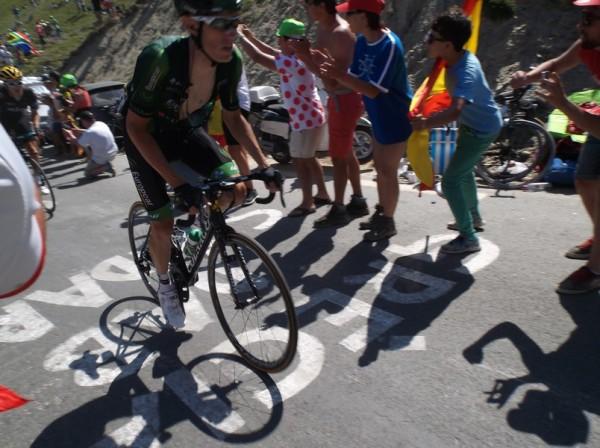 Rolland a accéléré en tête de groupe maillot jaune en passant devant nous.