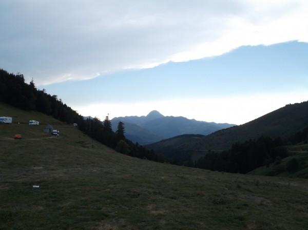 Superbe vue sur le Pic du Midi depuis le sommet, la luminosité baisse, les nuages arrivent.