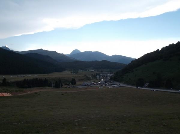 Vue sur Payolle et le Pic du Midi dans la descente.