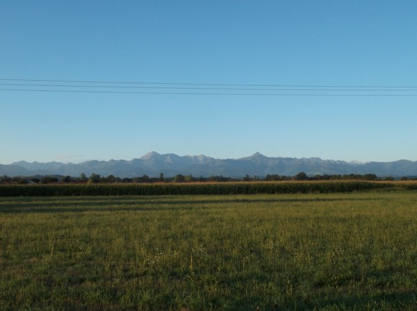 Une bien belle journée qui s'annonce sur les Pyrénées en allant à la gare de Tarbes.