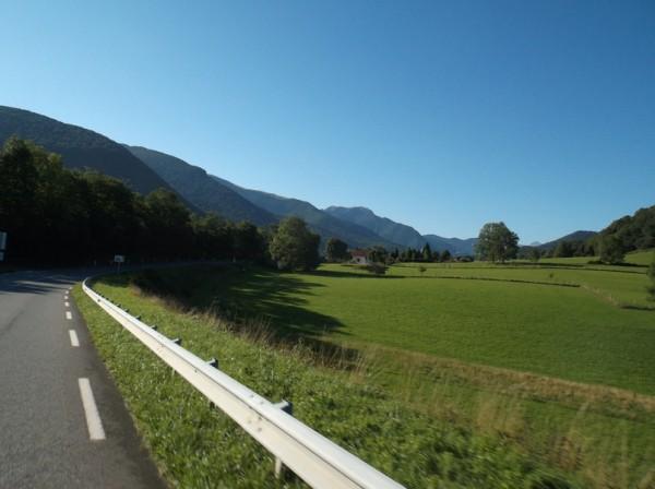 Dans la vallée d'Aure, avant de passer Hèches, ciel bleu.
