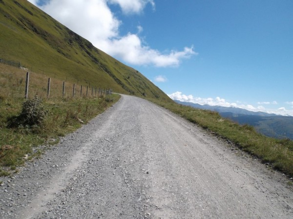 La piste devient de plus en plus dégradée au fil de la montée hormis un court endroit.