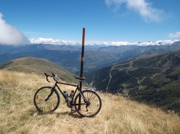 Photo souvenir du vélo au bout de la piste devant la belle vue et le vide !