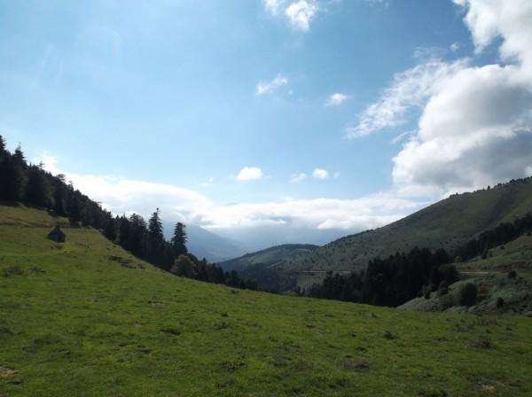 Vue sur le Pic du Midi depuis le sommet, l'extrême sommet dépasse des nuages.
