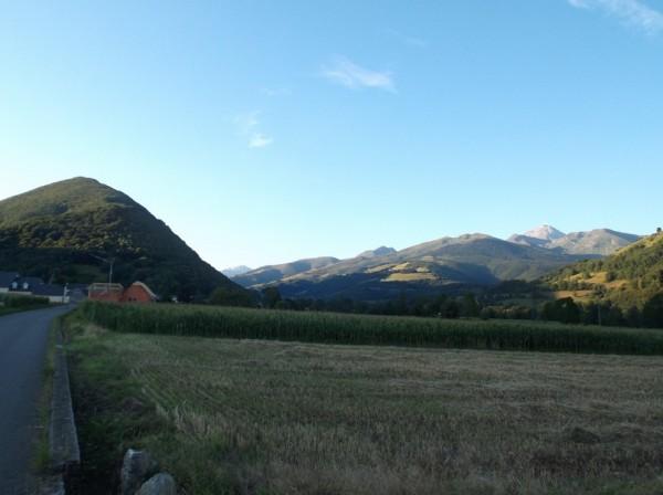 Dans la vallée de Campan, le Pic du Midi est à droite et le casque du Lhéris à gauche.