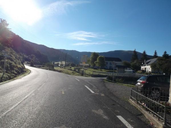 A Payolle, tout droit le col d'Aspin et à droite la Hourquette d'Ancizan.