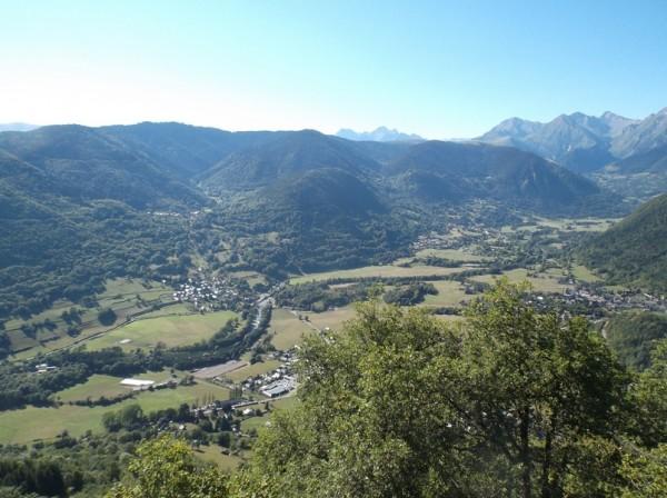 Dans la descente, vue sur les villages en bas dans la vallée (Ancizan et Guchen)