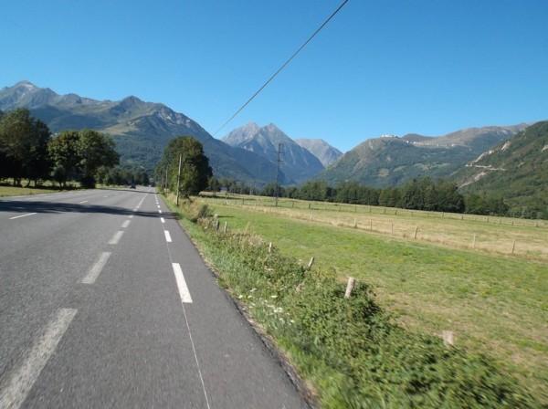 On aperçoit le Pla d'Adet et la route qui y mène à droite.