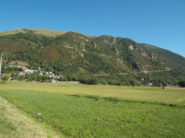 On voit très bien le début de la route de la montée au Pla d'Adet.