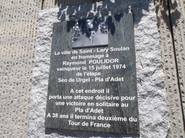 La plaque apposée en hommage à l'attaque de Poulidor en 1974.