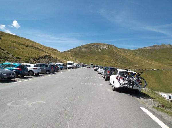 Pratiquement au sommet, beaucoup de voitures garées...