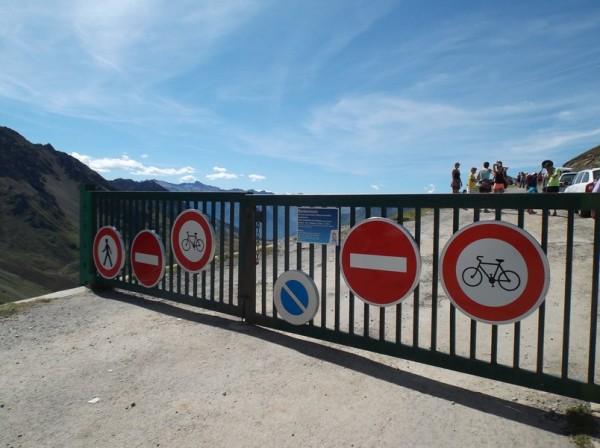 La barrière à l'entrée de la piste vers le Pic du Midi.