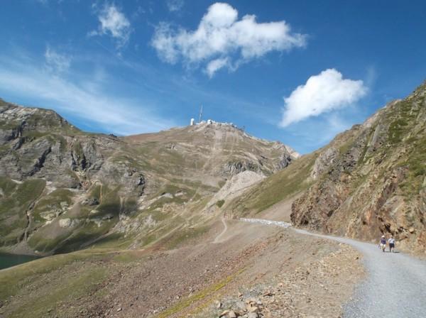 Le Pic du Midi se dévoile au détour d'une courbe. Le lac d'Oncet est à gauche.