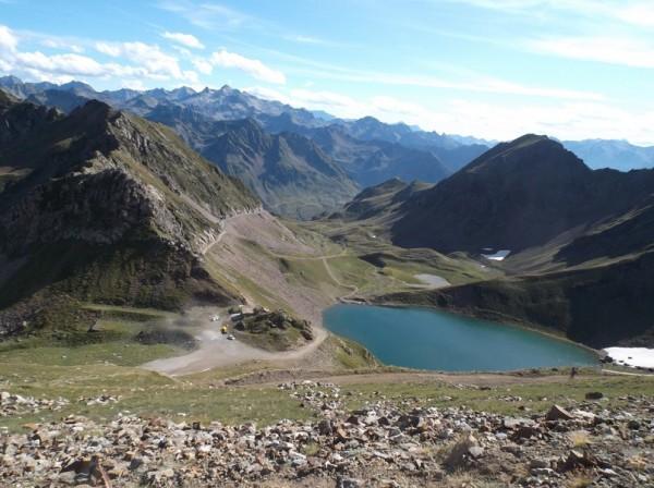 Vue sur le lac d'Oncet et le col de Sencours.