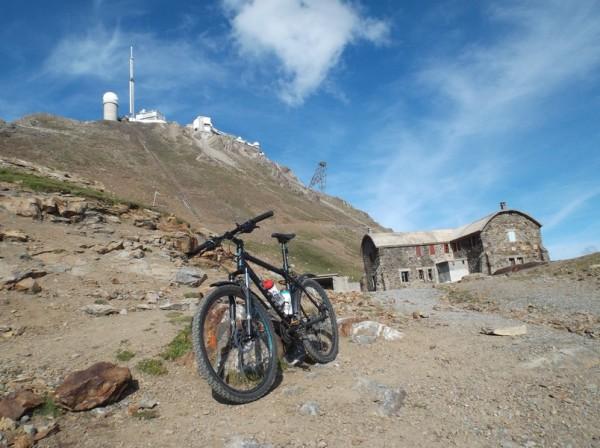 L'hôtellerie des Laquets à 2637m, je vais pouvoir encore continuer un peu sur le vélo.