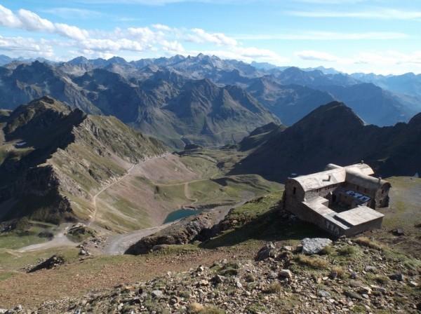 Vue sur le lac d'Oncet, le col de Sencours en bas et l'hôtellerie des Laquets.