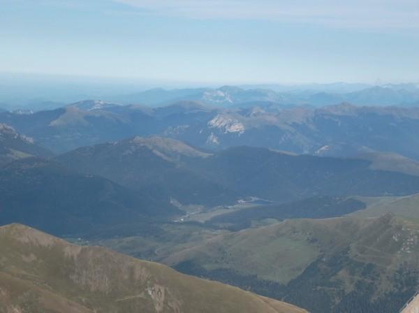 Avec le zoom. On distingue bien le lac de Payolle et le sommet du col d'Aspin au dessus.