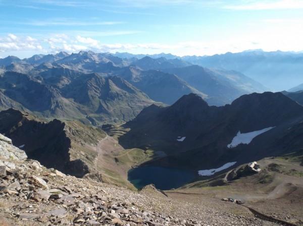 Le lac d'Oncet en bas, le col de Sencours juste au dessus et encore plus haut l'hôtellerie des Laquets.