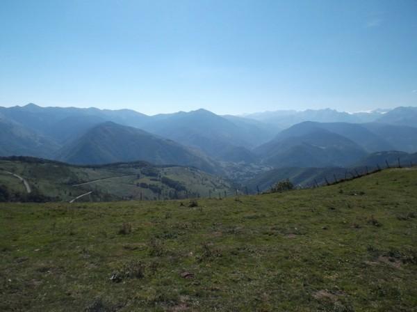 Vue sur la vallée d'Aure, le Pic d'Aneto et la montée du col d'Aspin versant Arreau.