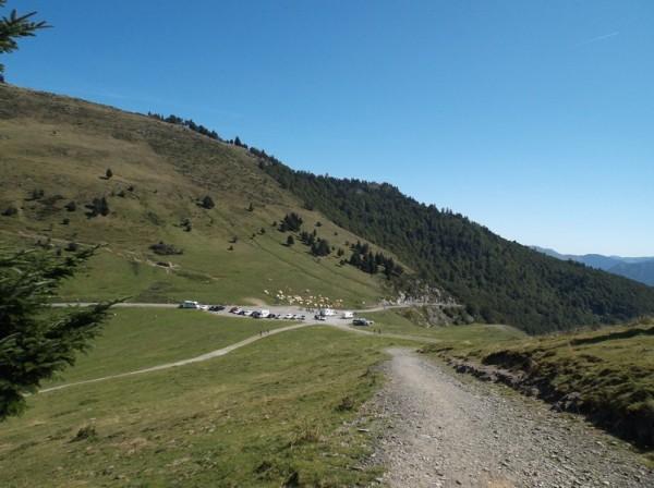 C'est parti sur la piste, vue sur le sommet du col d'Aspin en contrebas.