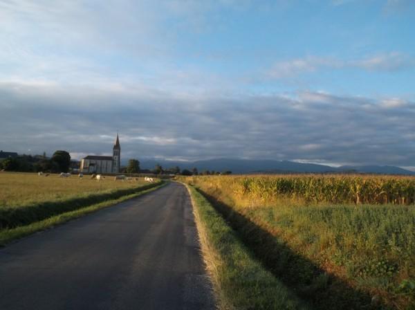Ciel dégagé en plaine mais nuages sur les montagnes.