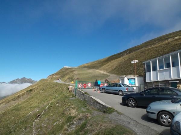 La piste qui part vers le Pic du Midi, c'est plus calme qu'en août.