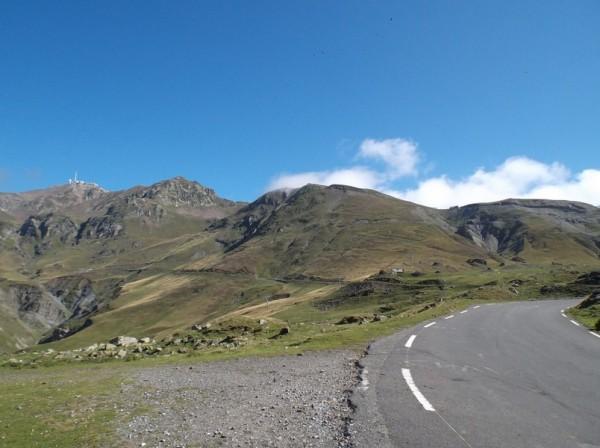 Le Pic du Midi à gauche et le sommet du col du Tourmalet qu'on distingue sur la droite.