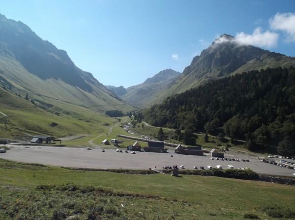 SuperBarèges. Vers le fond c'est la voie Laurent Fignon, la route historique du Tourmalet qui passe par le pont de la Gaubie. Mais elle n'est plus très bien entretenue.