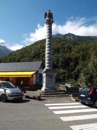 La colonne surmontée d'un aigle en hommage à Napoléon III.