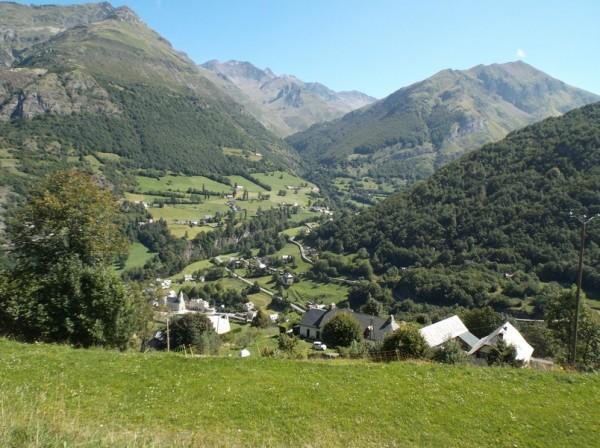 Vue sur Gèdre et la route de Gavarnie (qui part vers la droite de la photo). Vers le fond c'est la route du cirque de Troumouse.