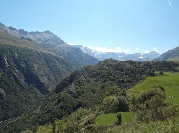 Les sommets du cirque de Gavarnie et en bas la route des gorges.