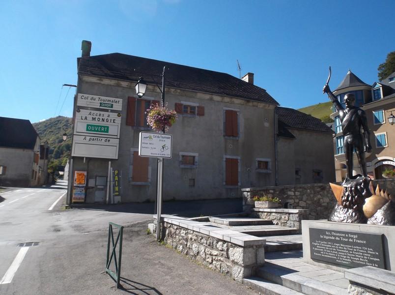 A Sainte Marie de Campan, au pied du col du Tourmalet devant la statue d'Eugène Christophe.