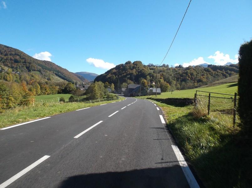 Dans la montée du col d'Aspin, La Séoube en vue.