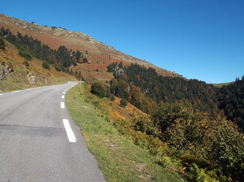 Le sommet du col d'Aspin est en vue à droite.