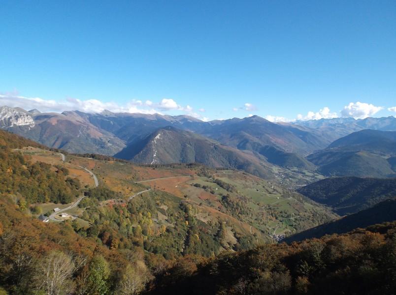 Vue sur le versant Arreau du col d'Aspin avec le Pic d'Aneto qui domine.