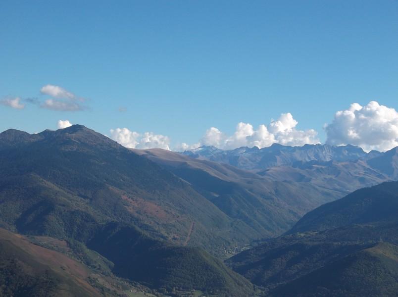 Zoom sur le Pic d'Aneto, plus haut sommet des Pyrénées (3409m) avec son glacier plein centre.