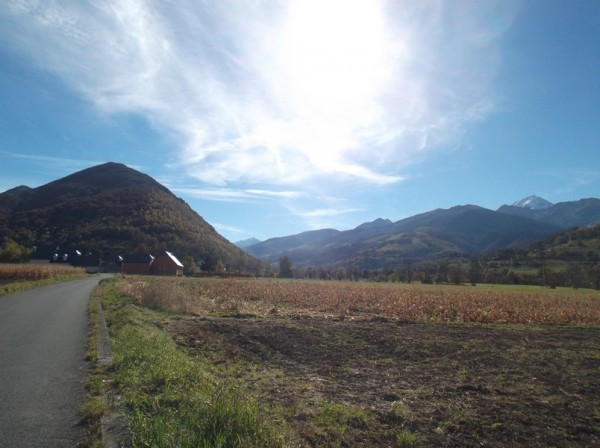 Après avoir passé Bagnères, dans la vallée de Campan, le Pic du Midi est à droite légèrement saupoudré de neige.