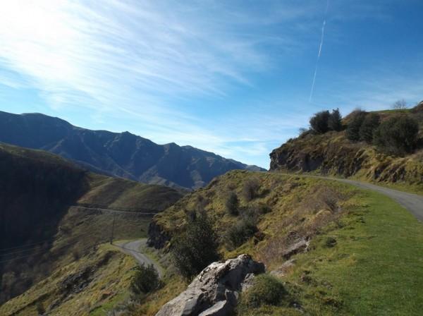 En bas la route que je prendrai plus tard vers Iraty et en haut la route de la crête qui va me mener au col de Landerre.