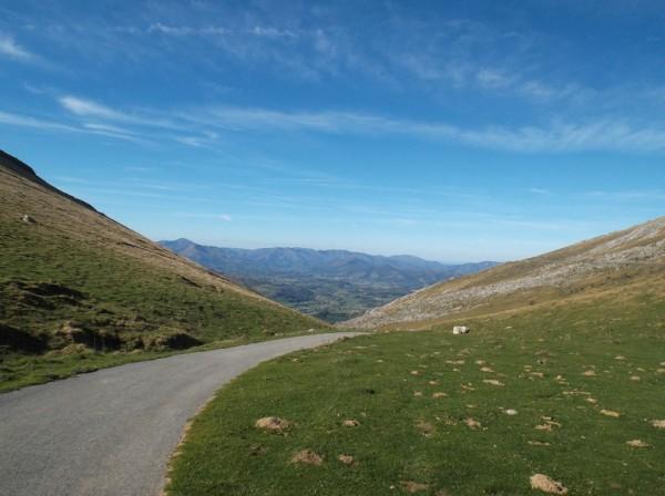 Vue vers Mendive depuis le col de Landerre (1072m)