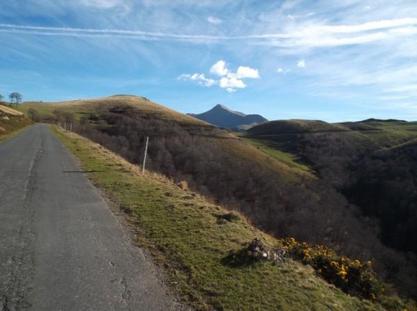 En grimpant vers le col de Sensibilé avec le Pic d'Orhy en fond, juste au pied duquel se trouve le port de Larrau.
