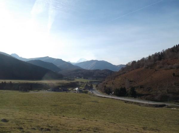 En attaquant les 5 derniers kilomètres, vue sur Payolle, le Pic du Midi est derrière le voile de nuages.
