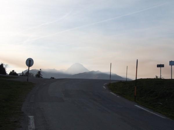 Magnifique vue sur le sommet du col d'Aspin et le Pic du Midi dans la brume.