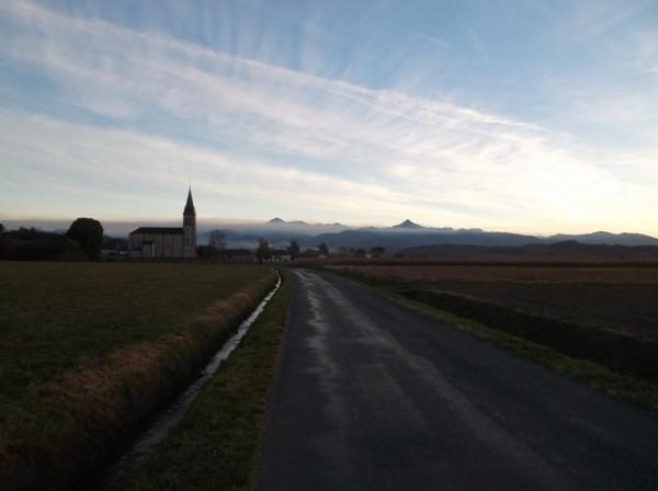 Petit regard en arrière sur les montagnes et la barre de nuages.